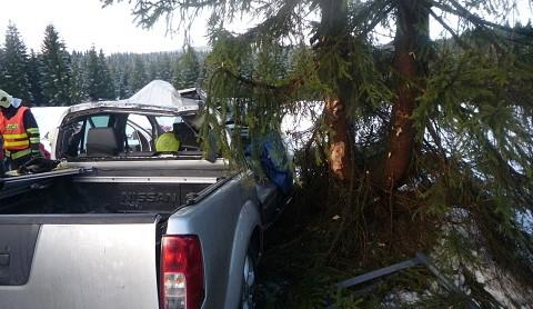 Hasiči vystříhávali z terénního auta u Jizerky těžce zraněnou ženu