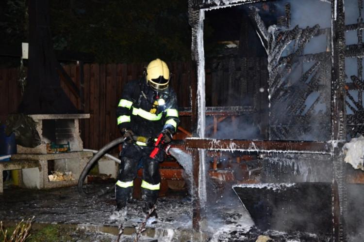 Rekreační chatku zničil oheň