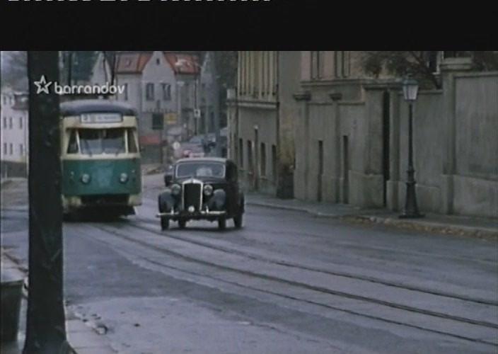 V seriálu se také několikrát ukáže tramvaj natřená na zeleno.