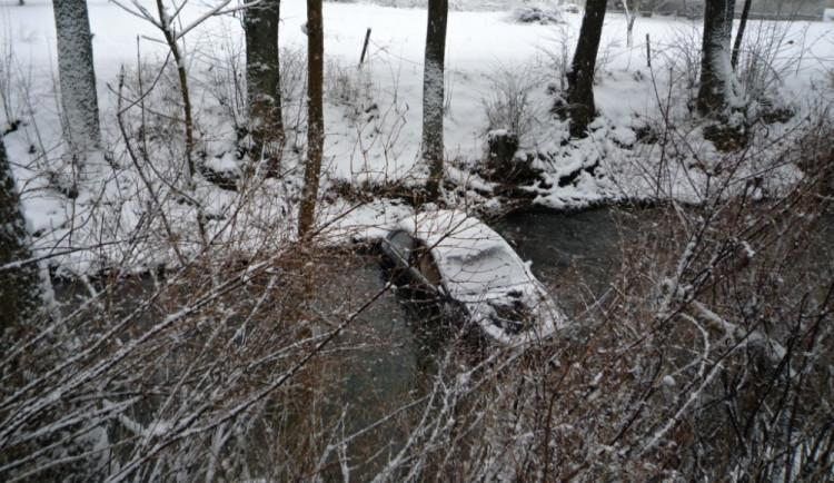 Řidiči na sněhu bourají