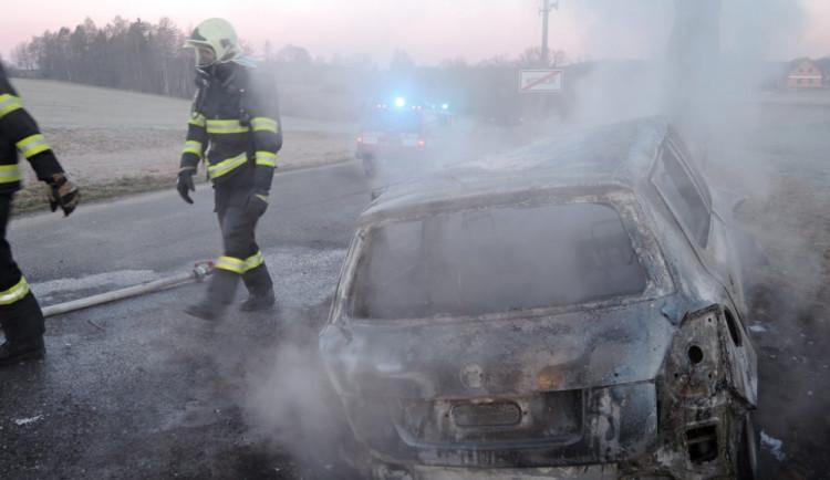 Hořící auto po nárazu do stromu