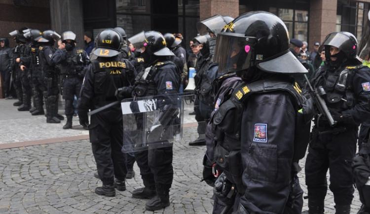 """Demonstrace """"Za naši kulturu a bezpečnou zem"""" před libereckou radnicí"""