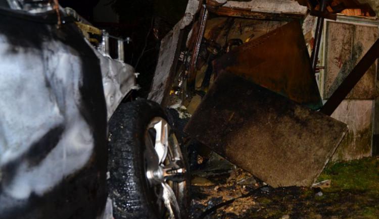 Požár po nehodě auta ve Strakonické ulici