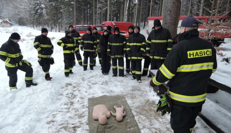 Cvičení hasičů na probořeném ledě