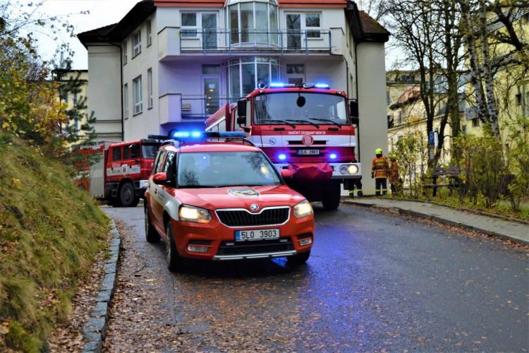 Zásah hasičů v nemocnici, kde se utrhla krytina střechy