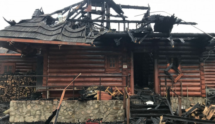 FOTO: Z koliby 4 Kameny zbylo jen ohořelé torzo. Škoda je 30 milionů, požár způsobily saze v komíně