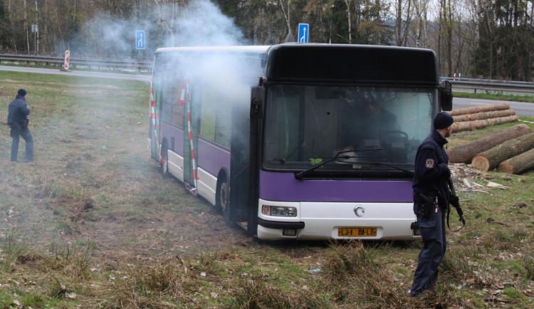 Složky zasahovaly u hořícího autobusu plného vězňů