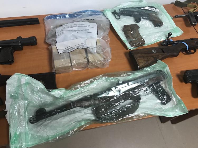Policisté zadrželi devět mužů a velké množstí zbraní a střeliva